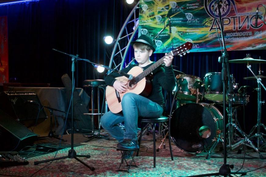 Уроки гитары онлайн в центре искусств №1 АРТИС