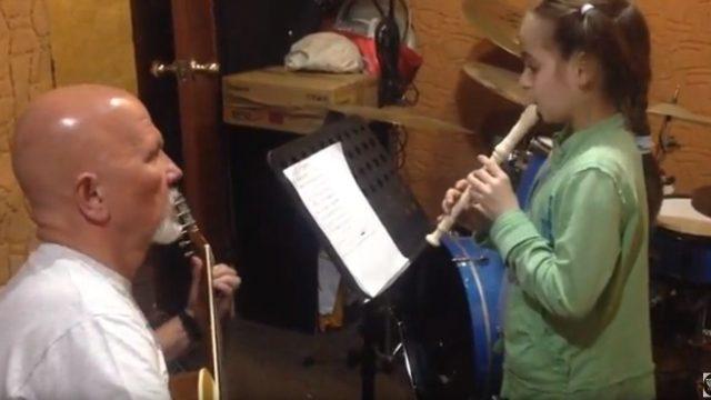 Юное дарование: девочка в восемь лет сыграла на флейте «Город золотой»