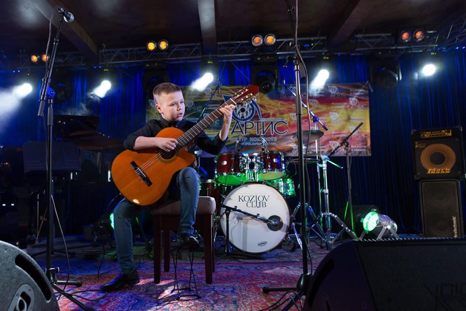 Центр искусств Артис - обучаем игре на гитаре