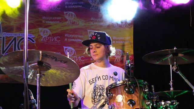 Яркое выступление — игра на ударных от Алены Конновой