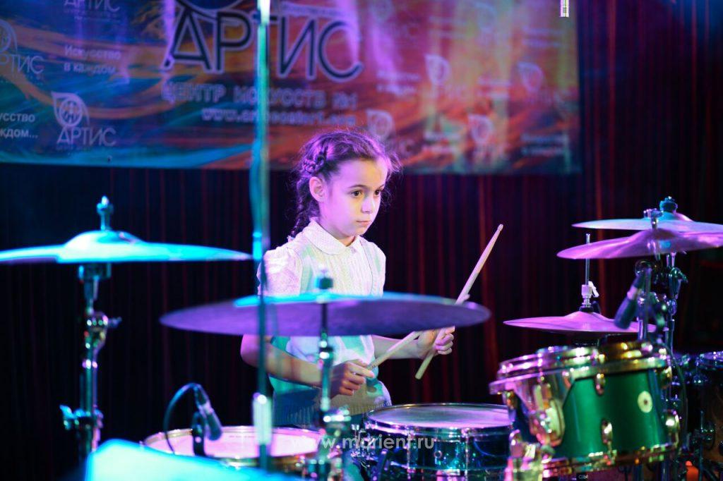 Игра на ударных ученицы Центра искусств Артис - Ларисы Бойко
