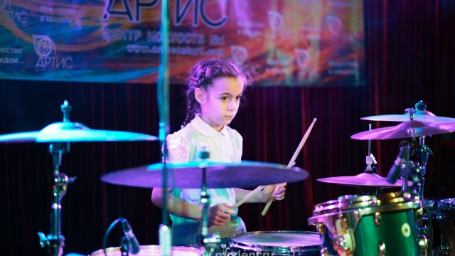 Игра на ударных ученицы Центра искусств Артис — Ларисы Бойко