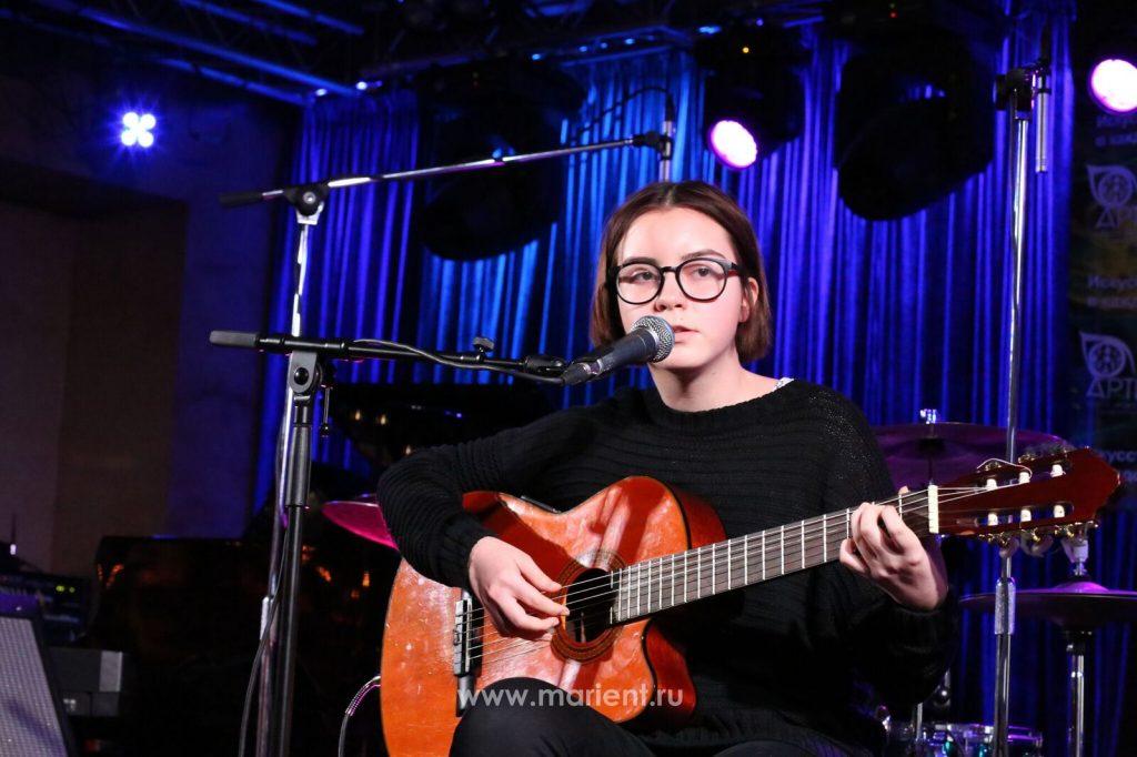 Уроки гитары - ученица Дарья Плетюшкина
