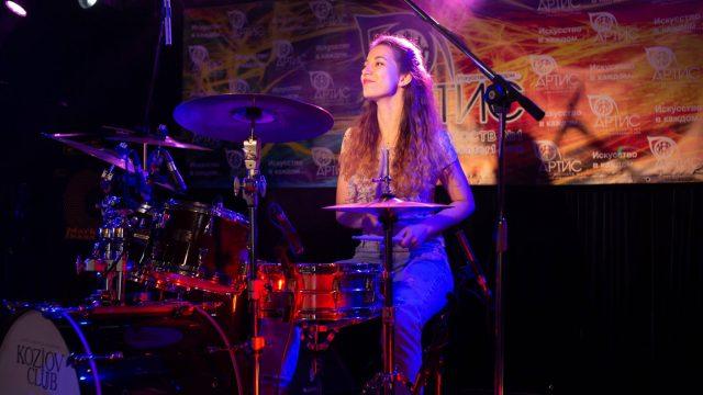 Играем на барабанах вместе с центр искусств Артис