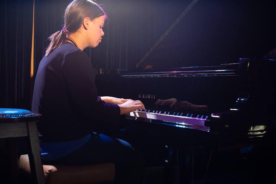 Уроки клавишных - волшебство черного и белого