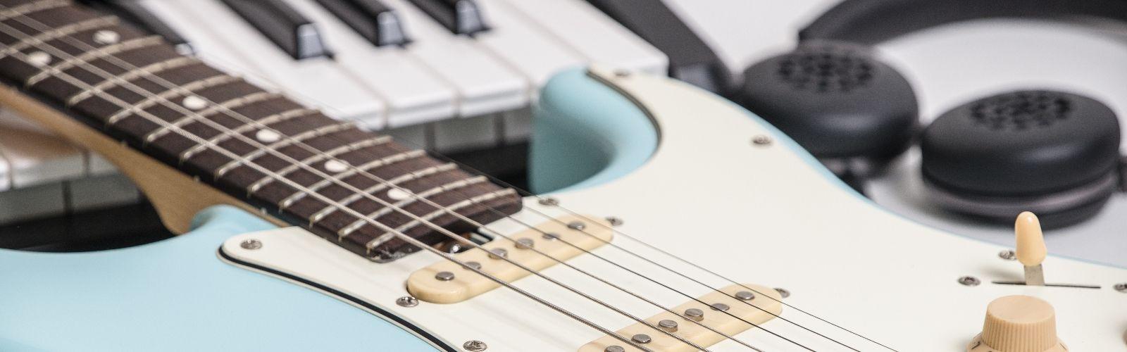 Школа музыки Артис белая гитара